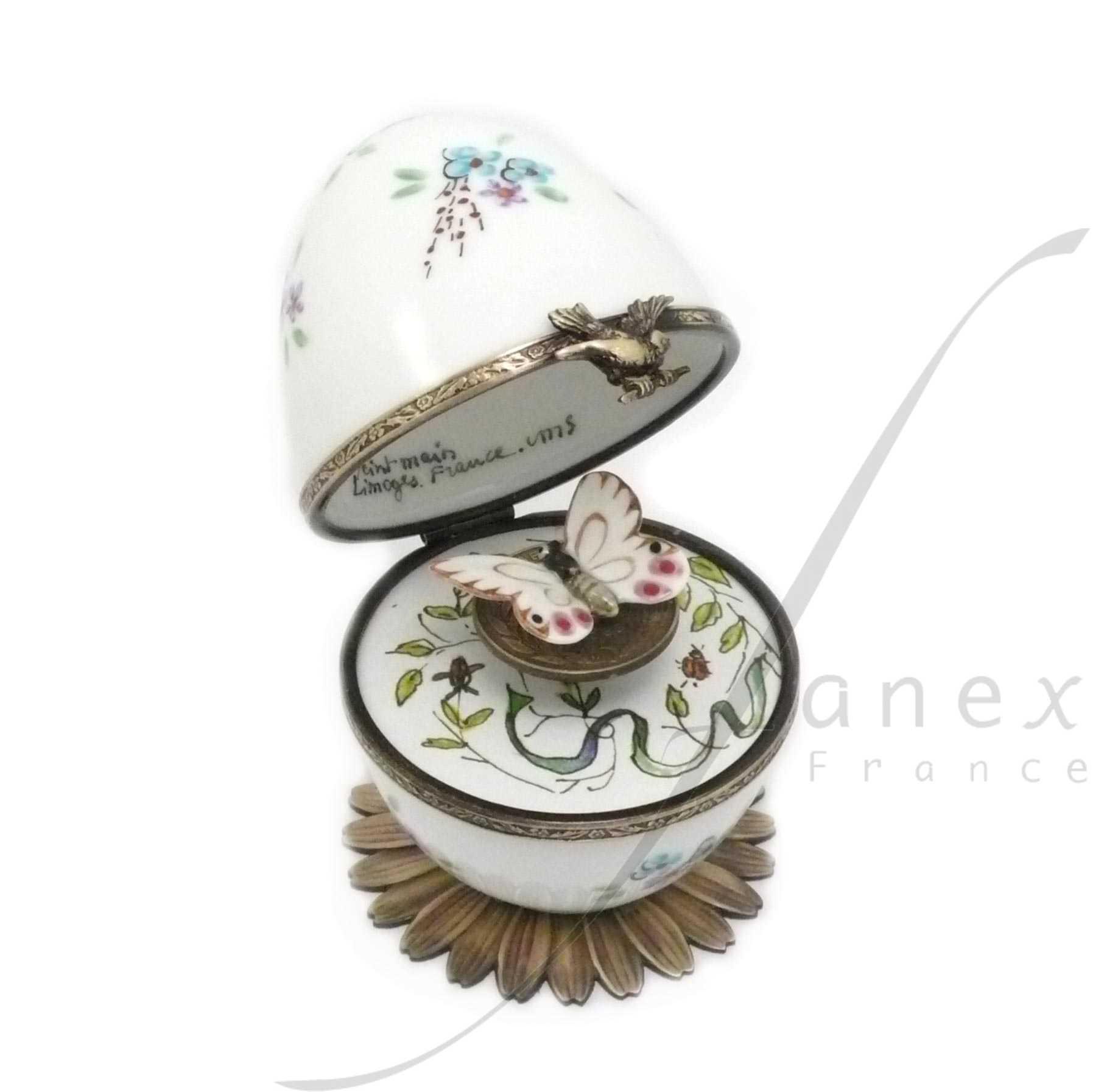 Boite à musique oeuf en porcelaine de Limoges peint main . remontoir papillon. Musique La valse des fleurs . Collection fleurs, couleur pastel. création et fabrication Fanex France.