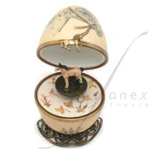 Collection ferme. couleur coquille mat. FanexFrance. Artisan Français. Boite a musique oeuf en porcelaine de Limoges peinte à la main.